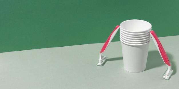 Copiare bicchieri di plastica dello spazio e lame di rasoio