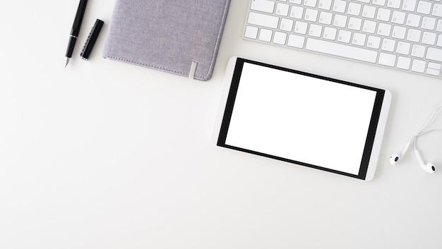 Copia spazio topview della tabella di lavoro aziendale.
