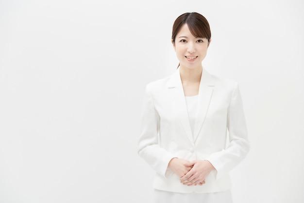 Copi lo spazio con una donna sorridente in un vestito bianco