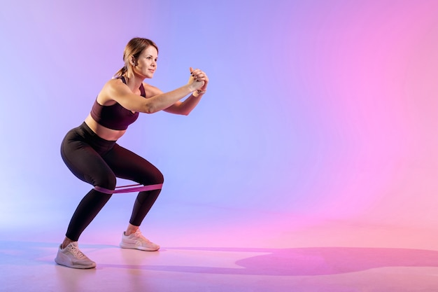 Copia-spazio donna che lavora con elastico