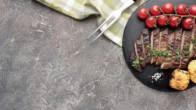 Copia-spazio tavola di legno con gustosa carne cotta