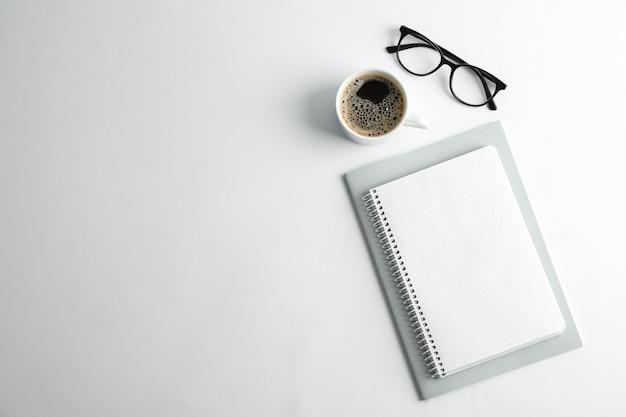 Quaderni, tazza di caffè e bicchieri di spazio per il testo