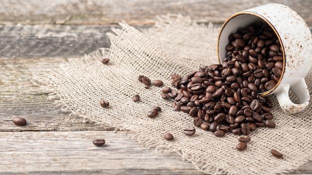 Copyspace con una tazza di caffè piena di chicchi di caffè