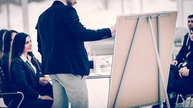 Copywriter l'azienda effettua la presentazione di un nuovo progetto pubblicitario per i membri del team aziendale. la foto ha uno spazio vuoto per il testo.