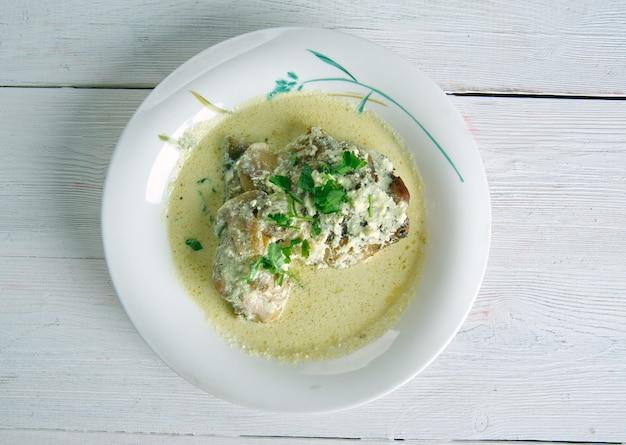Coq au riesling - pollo d'alsazia salsa di panna, vino e funghi
