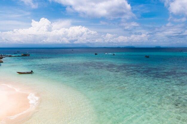 Spiaggia dell'isola di corallo, isole di perhentian, malesia