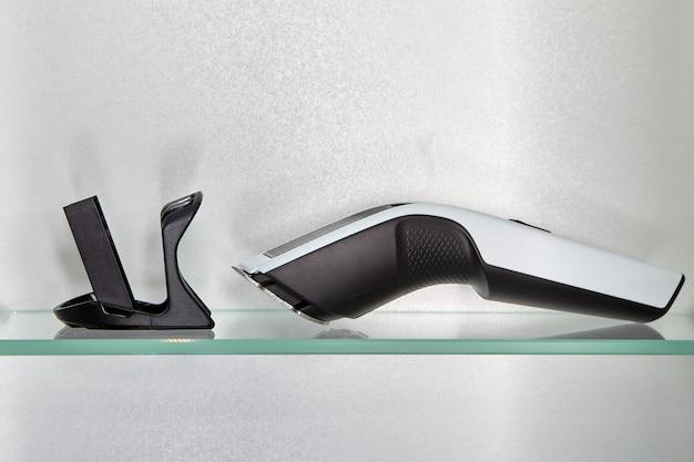 Il tagliacapelli senza fili si trova sulla mensola del bagno accanto alla testa extra