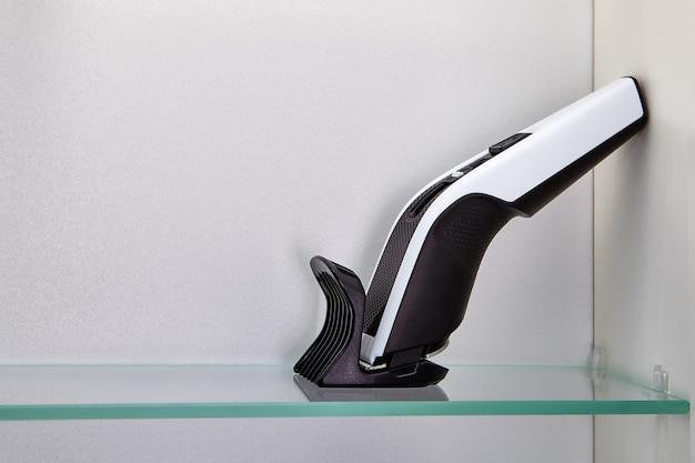 Il tagliacapelli senza fili con attacco si trova sul ripiano del mobile del bagno