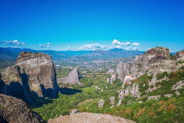 Isola di corfù nel mar ionio. grecia. vista del bellissimo paesaggio di montagne verdi con alberi e cespugli in una giornata di sole, cielo blu senza nuvole.