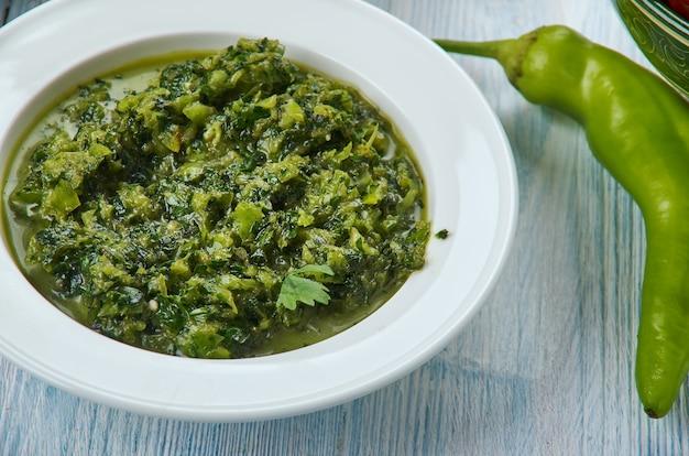 Chutney di coriandolo, salsa di coriandolo verde piccante, cucina di hyderabadi, asia piatti tradizionali assortiti, vista dall'alto.