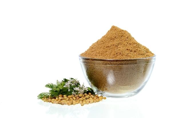 Semi di coriandolo, coriandolo fresco e coriandolo in polvere isolato su bianco.