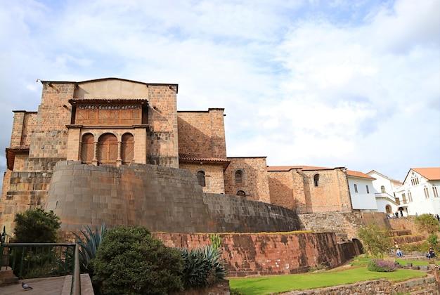 Coricancha con il convento di santo domingo, un punto di riferimento notevole nel centro storico di cusco, perù