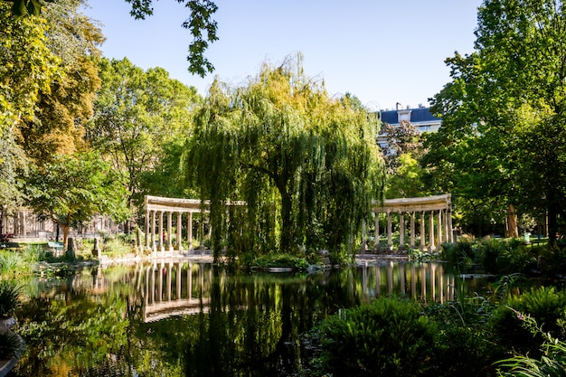 Colonnato corinzio nel parc monceau, parigi, francia