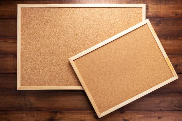 Bacheca di sughero su texture di sfondo in legno
