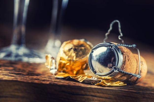 Tappo di bottiglia in sughero e metallo sul tavolo di legno. tappo di champagne capodanno o festa di compleanno.