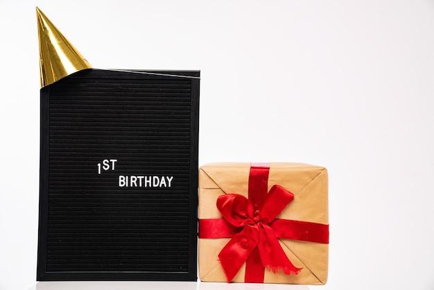 Bacheca di sughero e scatole regalo di compleanno con spazio copia isolato su sfondo bianco