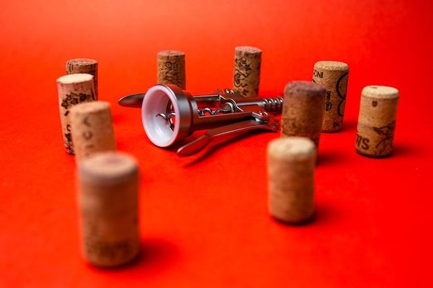 Cavatappi e tappi per vino sul rosso.