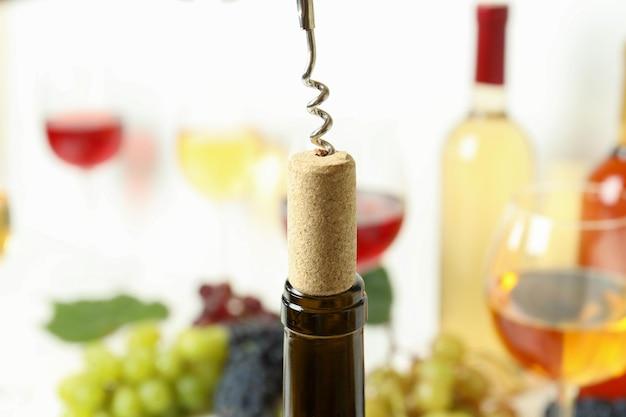 Cavatappi con sughero e bottiglia di vino, primo piano