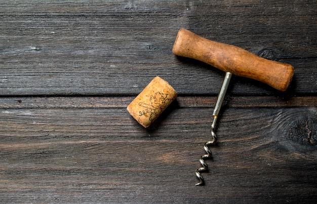 Cavatappi con sughero su un tavolo di legno.