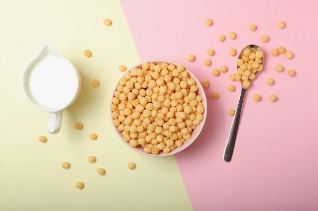 Palline di mais in glassa per il primo piano della colazione sul tavolo