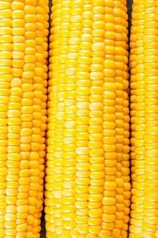 Le pannocchie di mais si chiudono sullo sfondo