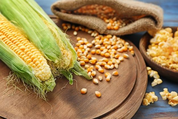 Pannocchie di mais e noccioli a bordo
