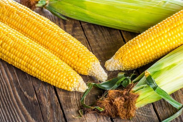 Pannocchie di mais su fondo in legno