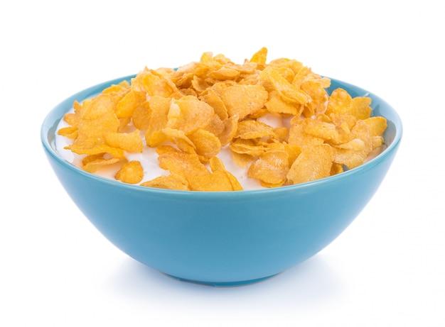 Fiocchi di mais con latte in ciotola isolata