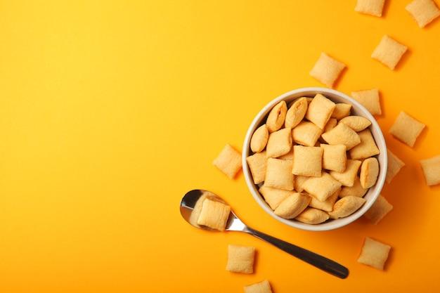 Tamponi di mais con ripieno per la colazione su uno sfondo colorato da vicino