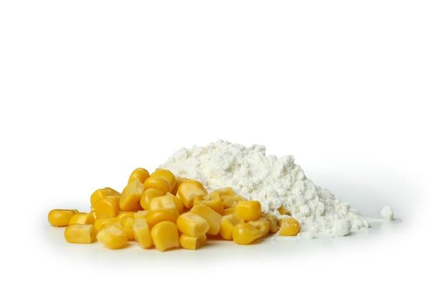 Semi di mais e farina isolati su sfondo bianco