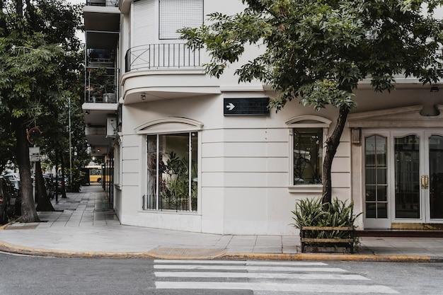 Edificio d'angolo in città con attraversamento pedonale