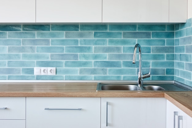Cucina ad angolo moderna bianca blu, interni dal design pulito con lavello