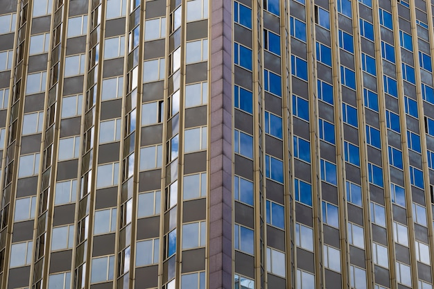 Angolo dell'edificio per uffici con finestre motivo geometrico