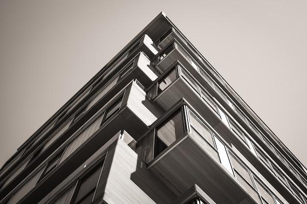 Edificio urbano d'angolo con balconi