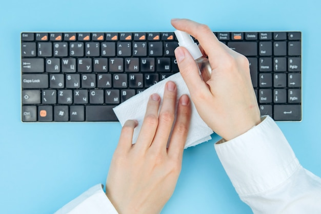 Pulizia e disinfezione del virus corona dell'area di lavoro. salviette disinfettanti per pulire la superficie di scrivania, tastiera, mouse in ufficio. fermare la diffusione del coronavirus covid-19.