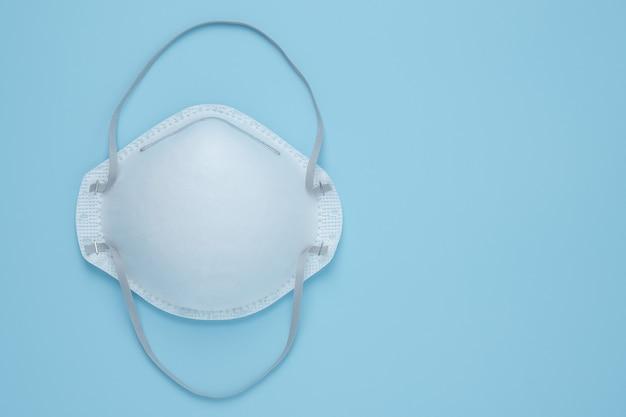 Protezione della maschera facciale di prevenzione del virus corona maschere n95 isolate sul blu