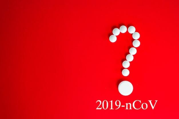 Coronavirus 2019-ncov nuovo concetto di coronavirus responsabile dell'epidemia di influenza asiatica e dell'influenza dei coronavirus come pericolosi casi di ceppo influenzale pandemico. pillole bianche nel punto interrogativo della forma su colore rosso.