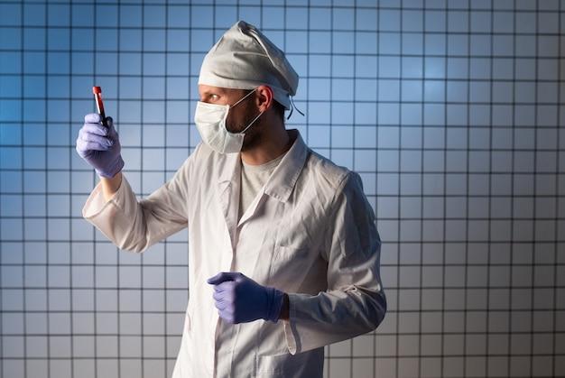 Virus coronavirus 2019ncov, mano del medico che tiene il campione di sangue e prende appunti scrivendo i dati dei pazienti su prescrizione, provetta in laboratorio