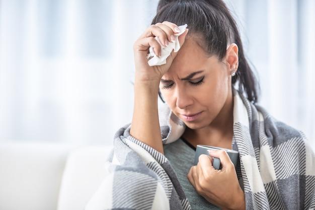 Il coronavirus provoca febbre alta a una donna che guarisce a casa in autoisolamento.
