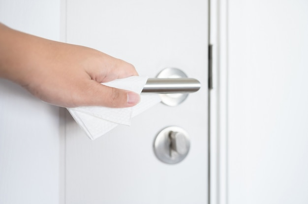 Coronavirus covid-19 prevenzione pulizia del tessuto con panno umido maniglia della porta