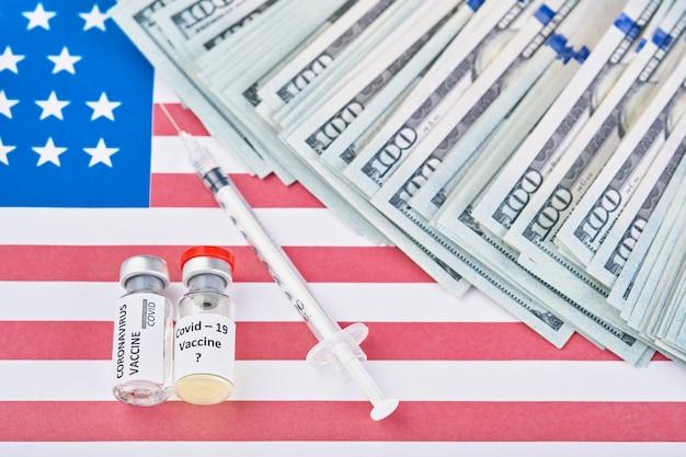 Coronavirus, vaccino covid-19 sullo sfondo della bandiera degli stati uniti e malattia del denaro che si prepara per il colpo di vaccinazione di studi clinici umani, concetto di medicina.