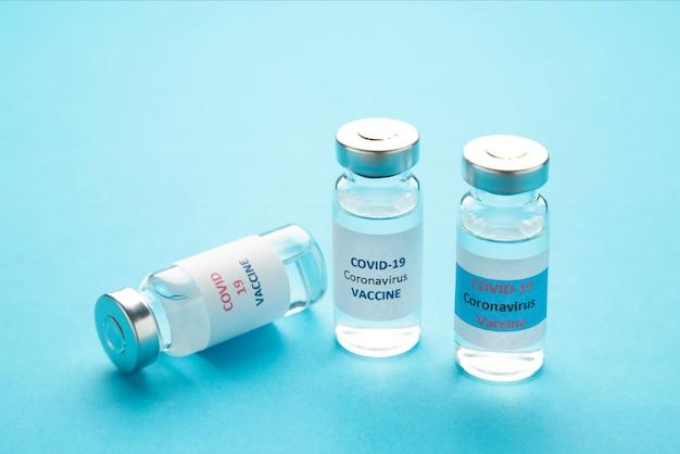 Flaconcini di vaccino contro il coronavirus covid-19 in blu. vista dall'alto