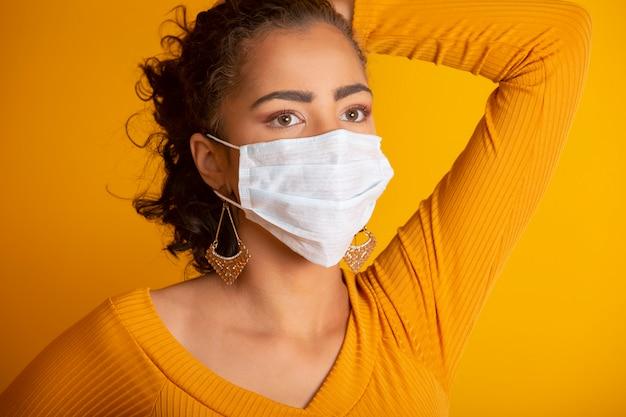 Coronavirus (covid-19. giovane donna che indossa una maschera viso, da vicino, isolato. epidemia di influenza, allergia alla polvere, protezione da virus. concetto di inquinamento dell'aria della città.