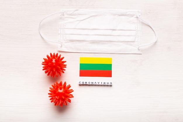 Coronavirus covid concept vista dall'alto maschera protettiva respiratoria e bandiera della lituania