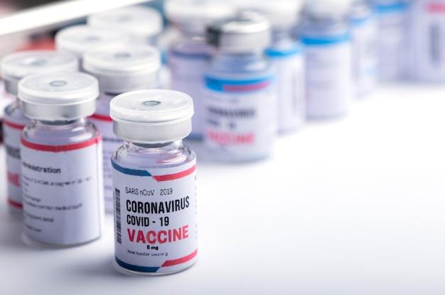 Concetto di vaccino contro il coronavirus covid19, ricerca medica o laboratorio scientifico, studio per la produzione di vaccini contro il virus per proteggere un coronavirus covid-19