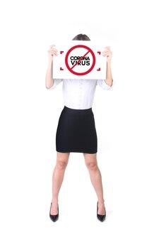 Coronavirus (covid-19. donna che mantiene un poster contro la pandemia