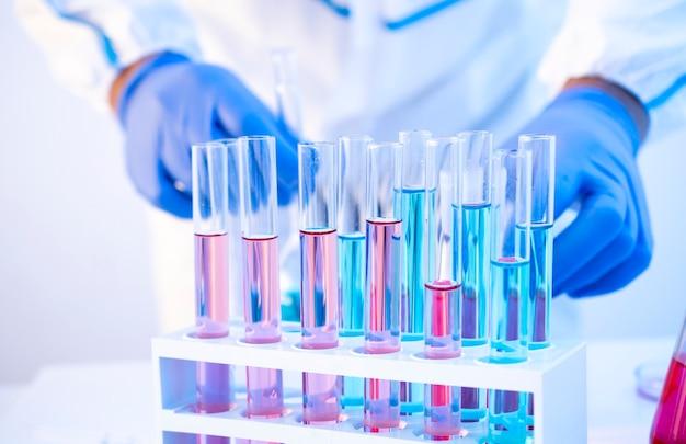 Vaccini varianti delta del coronavirus che producono in laboratorio in tubi di vetro epidemiologo che lavora su