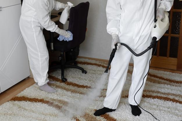 Disinfezione da coronavirus. persone in stuoie pericolose che fanno disinfezione