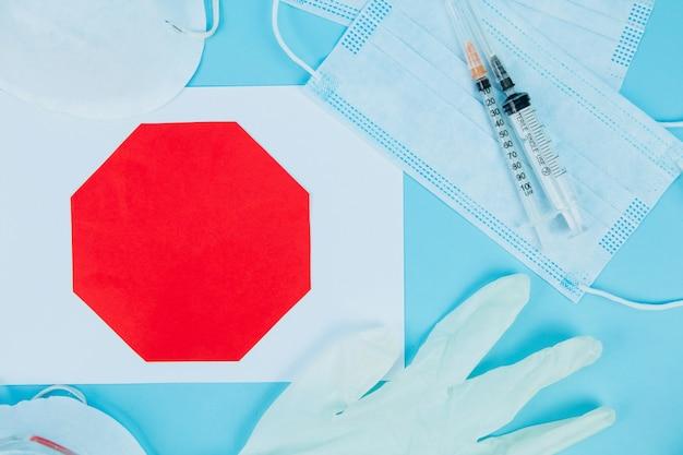 Pandemia di coronavirus. maschera medica antivirale per la protezione dalle malattie influenzali. mascherina chirurgica. coronavirus della sindrome respiratoria medio orientale covid. malattia da virus corona 2019, covid-19. stai a casa