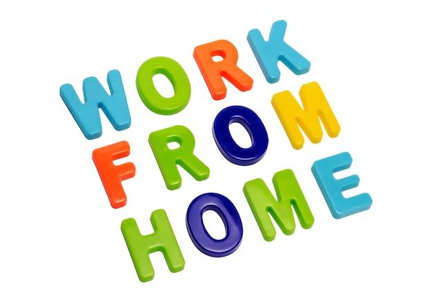 Il testo della pandemia di coronavirus lavora da casa su uno sfondo bianco un invito alle persone a lavorare da casa